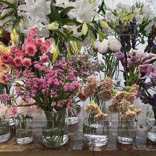テーブルの上の花瓶の写真・画像素材[2710090]
