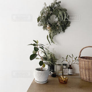 テーブルの上の花瓶の写真・画像素材[2867396]