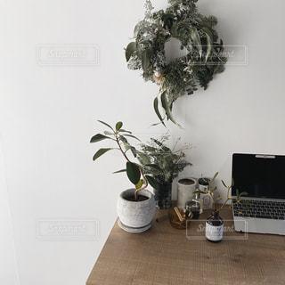 テーブルの上の花瓶の写真・画像素材[2867397]