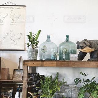 テーブルの上のガラス瓶のグループの写真・画像素材[2906192]