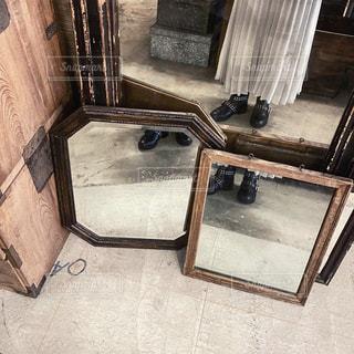 鏡の前に座っている椅子の写真・画像素材[2906237]