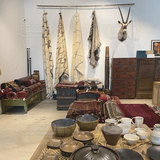 テーブルの上に家具と花瓶で満たされた部屋の写真・画像素材[2908272]