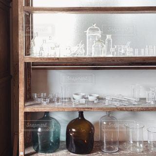 窓の隣にワインのボトルの写真・画像素材[2917574]