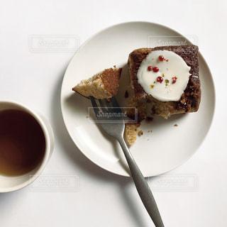 食べ物の皿をテーブルの上に置くの写真・画像素材[2934622]