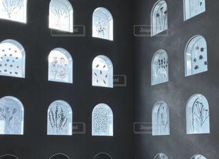 建物の側面にある時計の写真・画像素材[2941939]