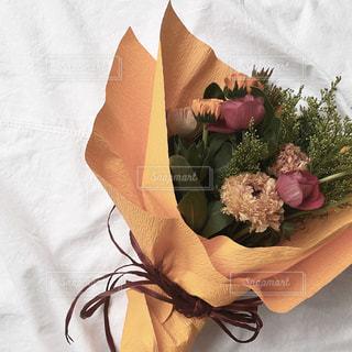 ベッドの上のピンクの花の写真・画像素材[2969288]