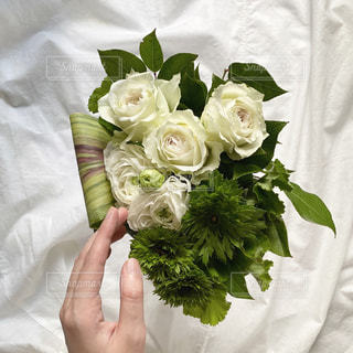 花を持つ手の写真・画像素材[2980974]