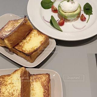 テーブルの上の皿の上で半分に切られたサンドイッチの写真・画像素材[2993296]