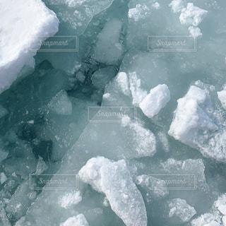 雪に覆われた山のクローズアップの写真・画像素材[3004661]