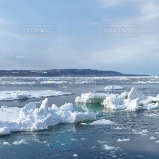 雪に覆われた山の上で波に乗っている人の写真・画像素材[3004667]