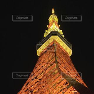 東京タワーの側に時計がある大きな高い塔の写真・画像素材[3055345]