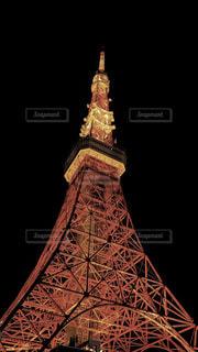 夜に東京タワーを背景にライトアップされた時計塔の写真・画像素材[3055346]