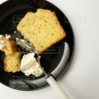 皿の上のケーキの写真・画像素材[3064884]
