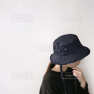 黒い帽子をかぶった女性の写真・画像素材[3110443]