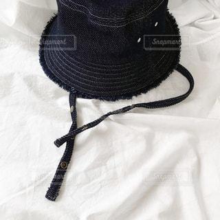 ベッドの上に黒いヘッドフォンのペアの写真・画像素材[3110446]