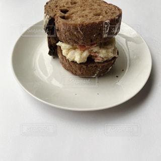 皿の上のケーキの写真・画像素材[3126998]