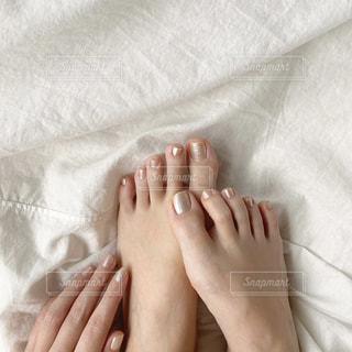 ベッドに横たわっている人の写真・画像素材[3126990]