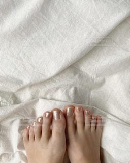 毛布の上に横たわっている人のクローズアップの写真・画像素材[3126993]