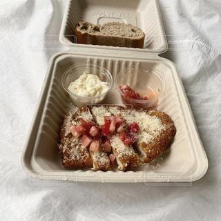 皿の上に異なる種類の食べ物が入った箱の写真・画像素材[3126991]