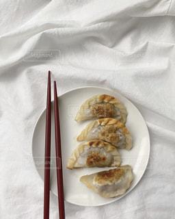 食べ物の皿をテーブルの上に置くの写真・画像素材[3157672]
