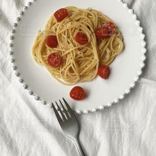 フォークとナイフで食べ物の皿の写真・画像素材[3160969]