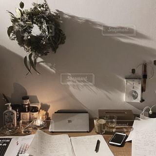 机にラップトップを置いてテーブルにの写真・画像素材[3160970]