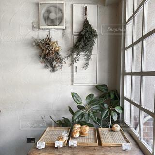 テーブルの上に花の花瓶の写真・画像素材[3160973]