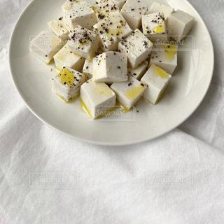 皿の上に食べ物のボウルの写真・画像素材[3195971]