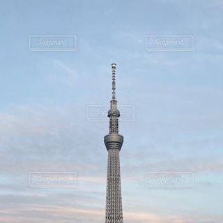 空の背景を持つ大きな高い塔の写真・画像素材[3210916]