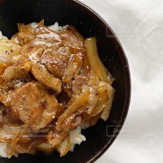 皿の上に食べ物のボウルの写真・画像素材[3217351]