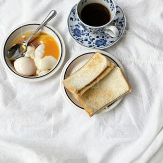 テーブルの上にコーヒーを一杯入れるの写真・画像素材[3217368]
