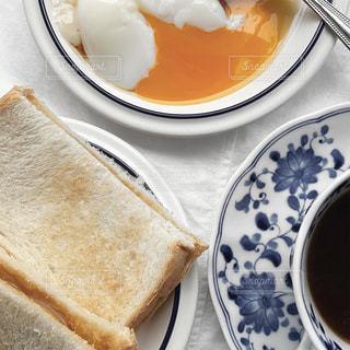 サンドイッチとコーヒーの入った皿の写真・画像素材[3217369]
