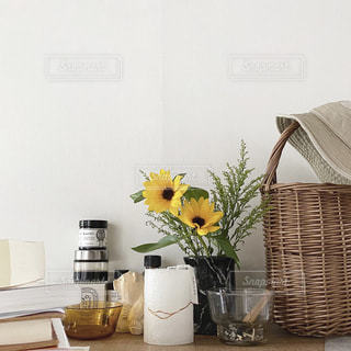 テーブルの上に花の花瓶の写真・画像素材[3264149]
