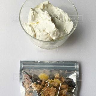 テーブルの上に食べ物を1杯入れるの写真・画像素材[3264150]