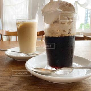 テーブルの上にコーヒーを一杯入れるの写真・画像素材[3357138]