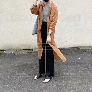 通りを歩いているスーツとネクタイを着た男の写真・画像素材[3494271]