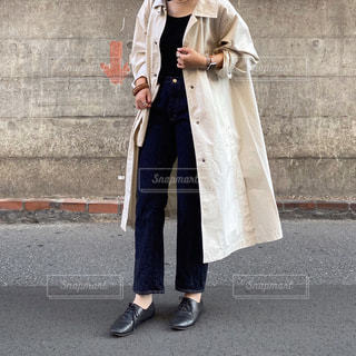 建物の前に立っている人の写真・画像素材[3556393]