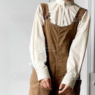 コートの前に立っている人の写真・画像素材[3783775]