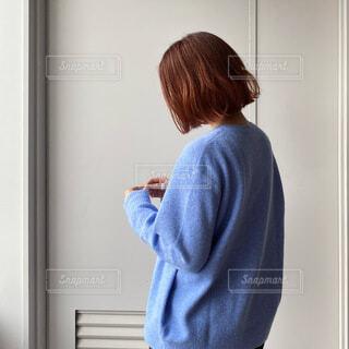 鏡の前に立ってカメラのポーズをとる人の写真・画像素材[3826924]