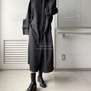 ドアの前に立っている人の写真・画像素材[3913393]