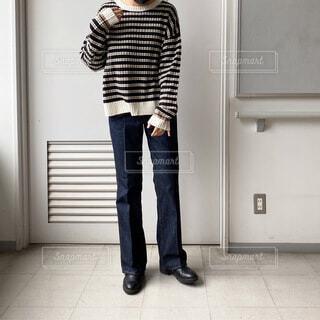 ドアの前に立っている人の写真・画像素材[3913407]