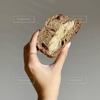パンを握る手の写真・画像素材[3976466]