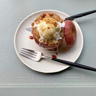 フォークとナイフで食べ物の皿の写真・画像素材[3976489]