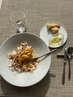 食べ物の皿をテーブルの上に置くの写真・画像素材[4065602]