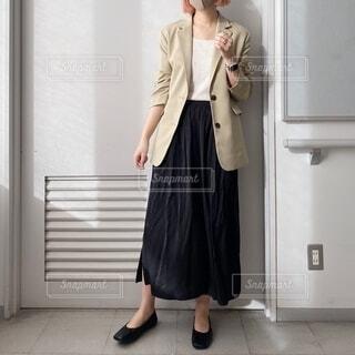 ドアの前に立っているスーツとネクタイを着た男の写真・画像素材[4104006]