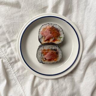 食べ物の皿をテーブルの上に置くの写真・画像素材[4697077]