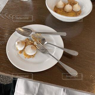 食べ物の皿をテーブルの上に置くの写真・画像素材[4697083]