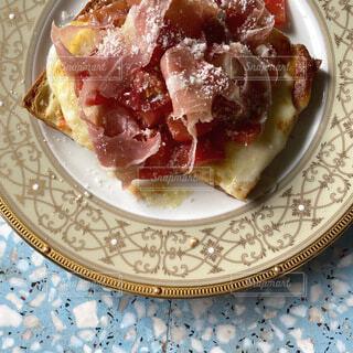 皿の上のピザのスライスの写真・画像素材[4697079]