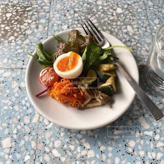 皿の上に食べ物のボウルの写真・画像素材[4697081]