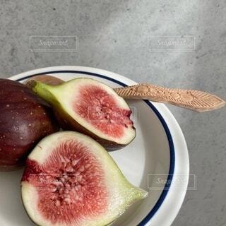 皿の上に果物のボウルの写真・画像素材[4858049]